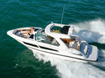 Four Winns Horizon 350 – It's a versatile, multi-activity boat for weekending or watersports.