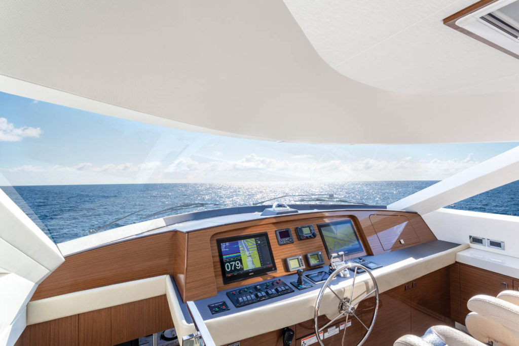 Hatteras-70-Motor-Yacht-Enclosed-Bridge-02